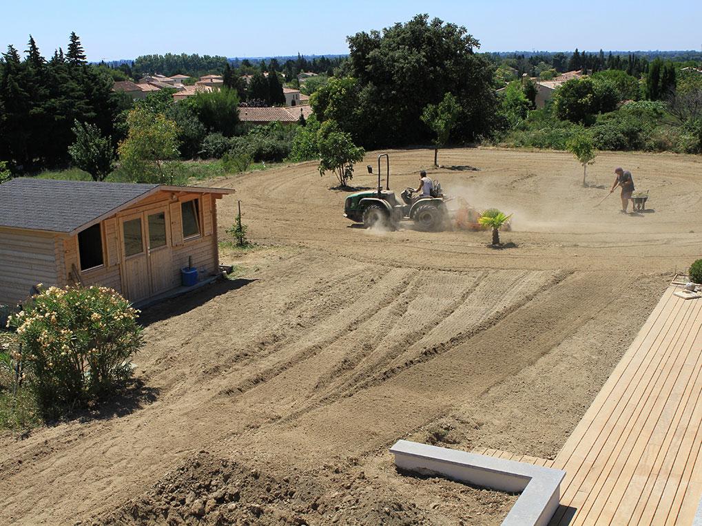 Préparation du terrain en amont d'une pose de pelouse