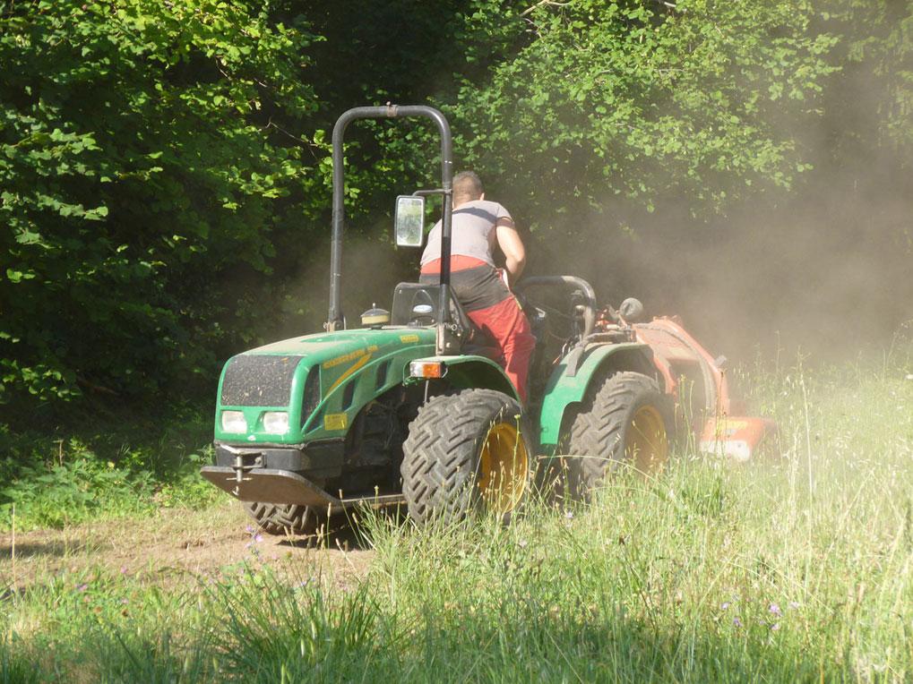 Tracteur équipé de broyeur à marteau pour le débroussaillage au Château de la Barben